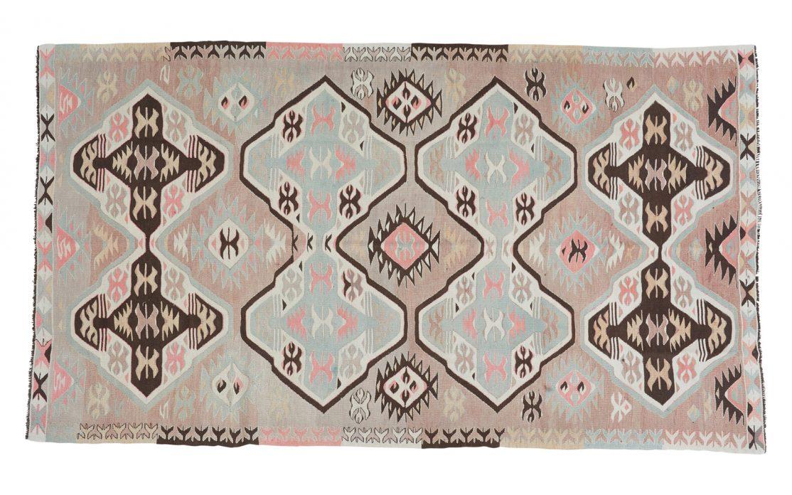 Tyrkisk kelim tæppe i nuancer af sart beige, grå med detaljer i brun, rosa og turkis. Tæpper sælges i København