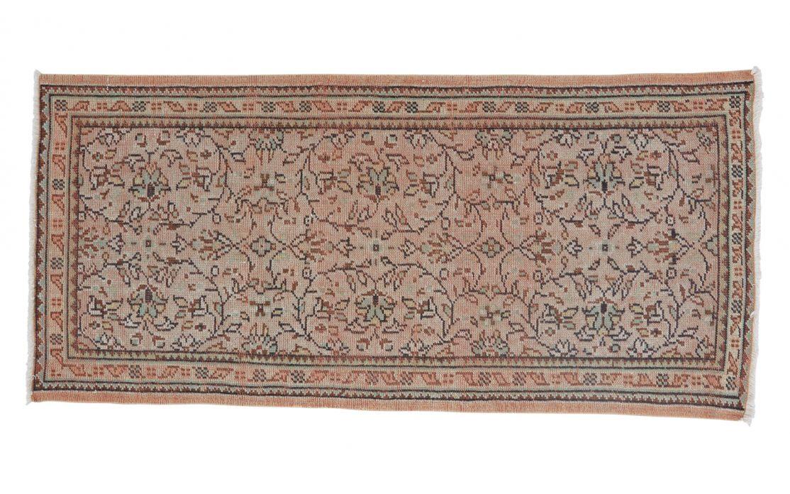 Tyrkisk kelim tæppe løber i rosa blomstermønster med detaljer af beige og grøn. Tæpper sælges i København