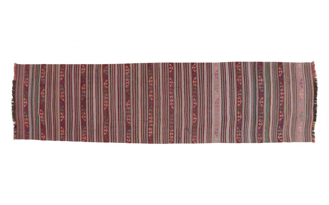 Stribet tyrkisk kelim tæppe løber i varme bordeaux farver med rosa og grønne detaljer. Tæpper sælges i København