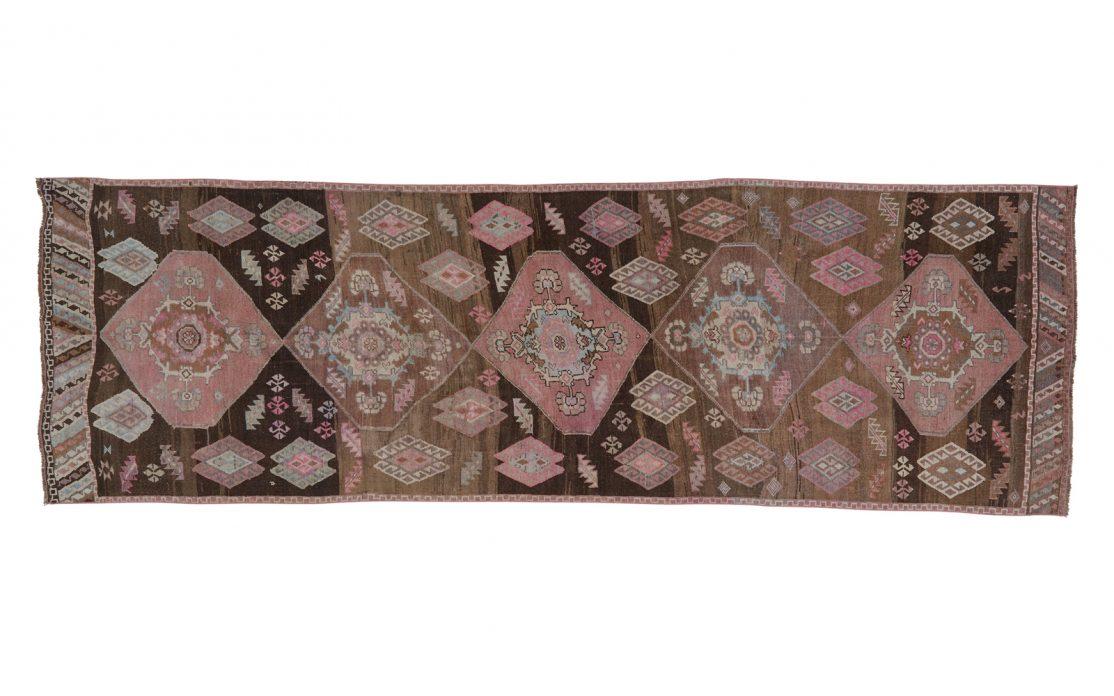 Tyrkisk kelim tæppe løber i afdæmpede mørke farver af rosa, sand og brun. Tæpper sælges i København