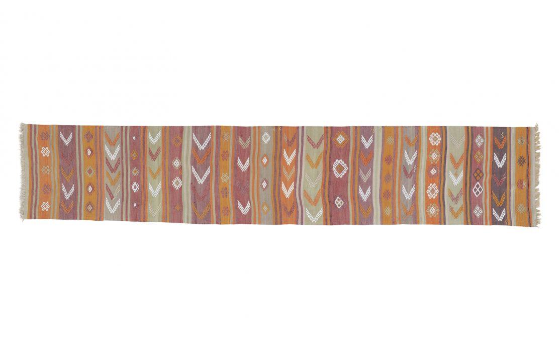 Stribet tyrkisk kelim tæppe løber i okker, rosa og mint med lyse detaljer. Tæpper sælges i København