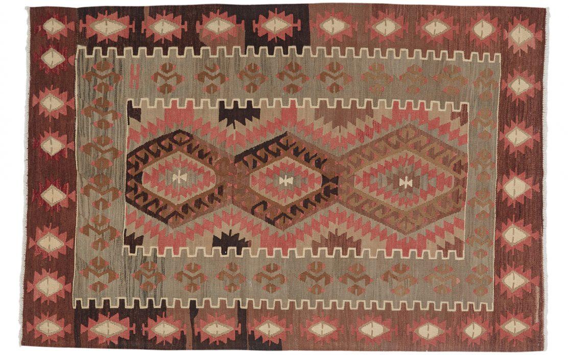 Lille tyrkisk kelim tæppe i varme farver af messing, orange, brun og rosa. Tæpper sælges i København