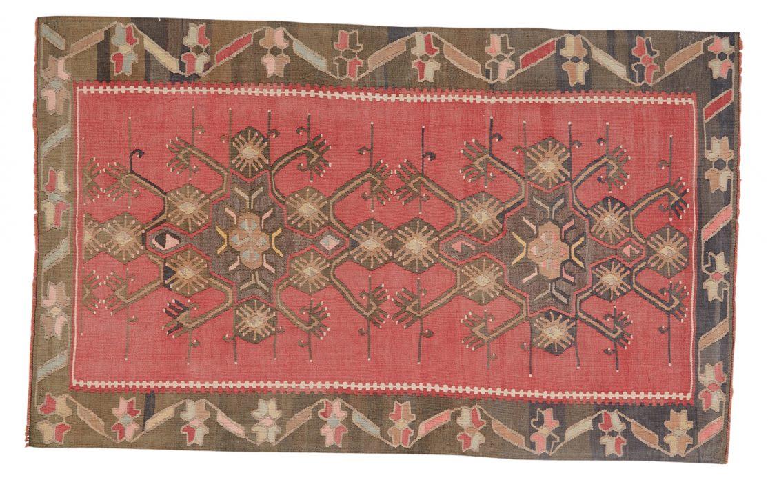 Smuk tyrkisk kelim tæppe i støvet rød med detaljer i brun, messing, blågrå og rosa. Tæpper sælges i København