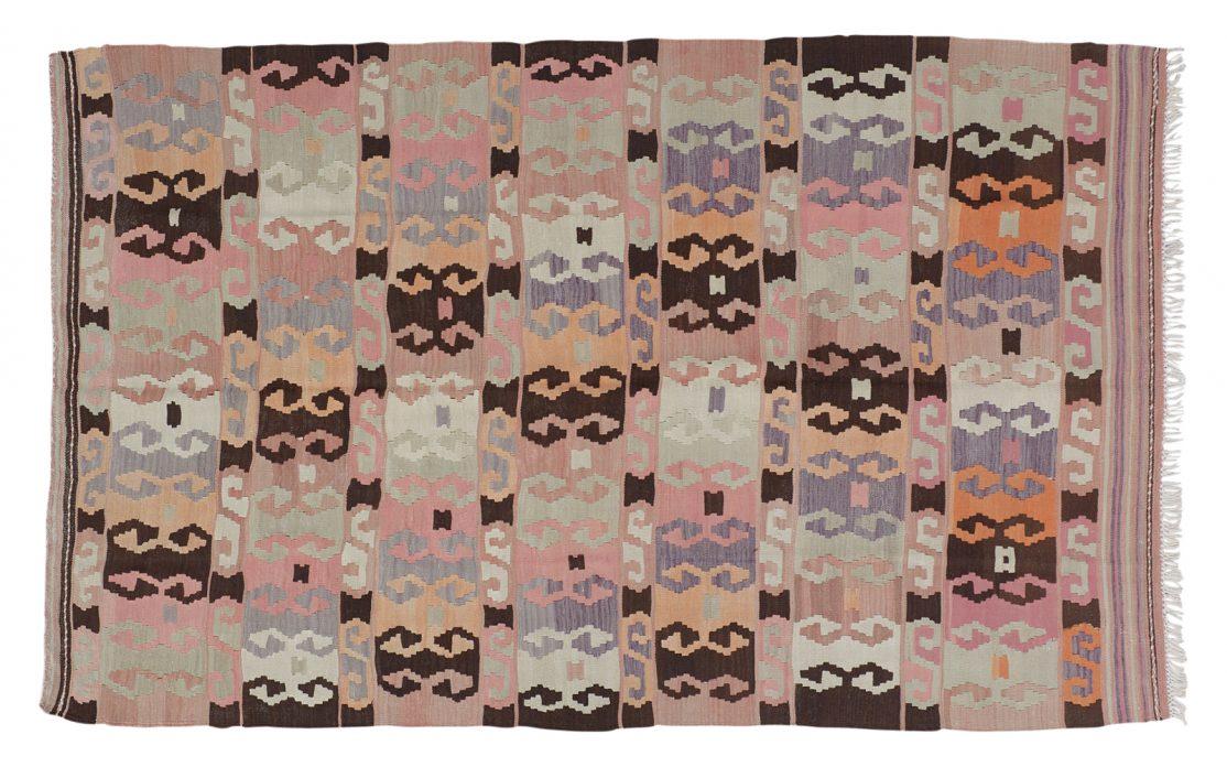 Tyrkisk grafisk kelim tæppe i rosa med mørke kontraster. Tæpper sælges i København