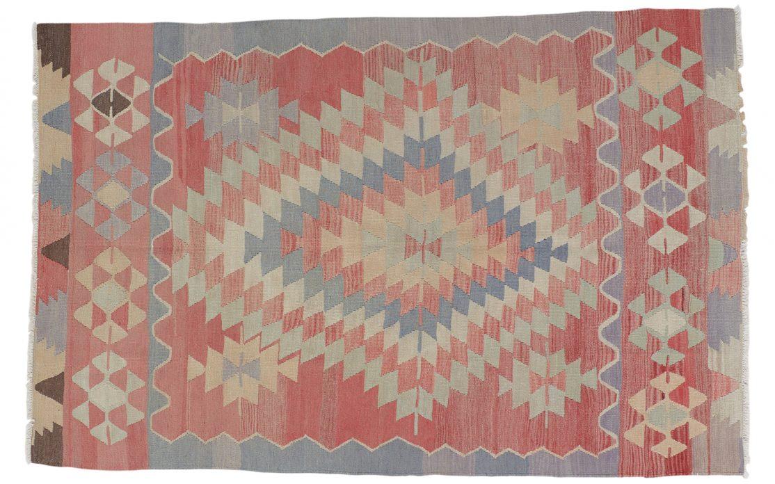Tyrkisk kelim tæppe i sart rosa med detaljer af mint, blå, sand, gylden og sort. Tæpper sælges i København