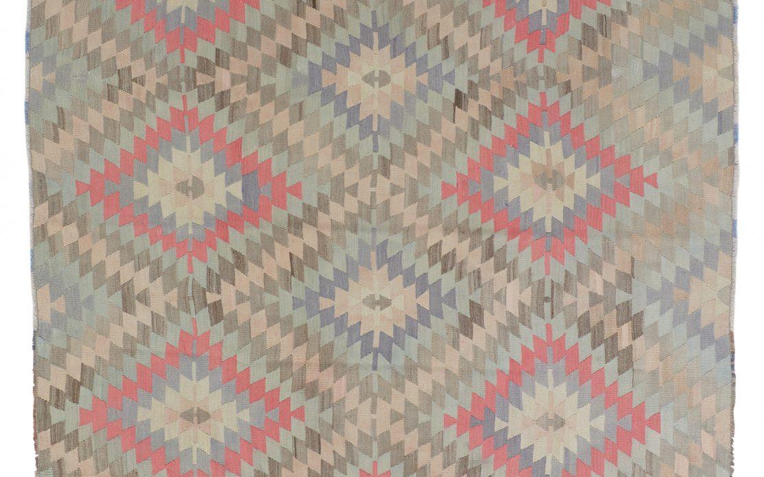 Tyrkisk kelim i diamantmønster med sarte nuancer af blå, sand, grå og rosa. Tæpper sælges i København