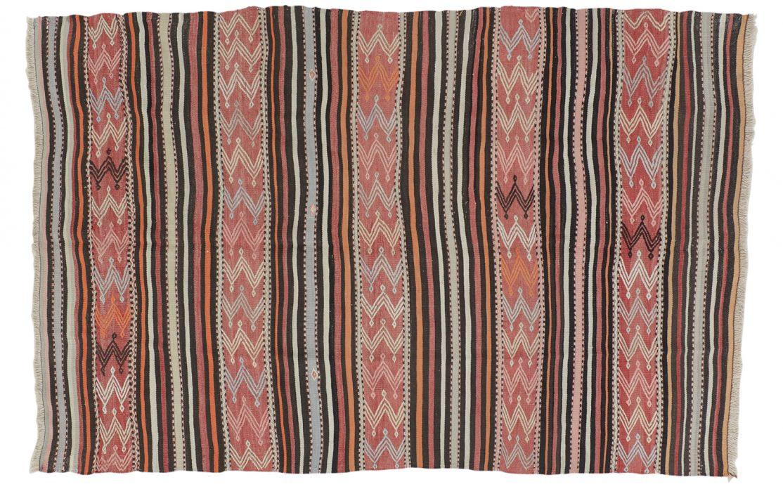 Stribet tyrkisk kelim tæppe i rød med lyse blå, sorte og støvet orange striber. Tæpper sælges i København