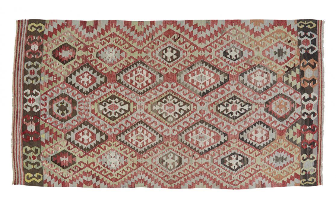 Stor tyrkisk kelim tæppe i rød med detaljer i blågrå og grøn. Tæpper sælges i København