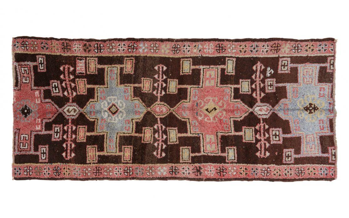 Stor tyrkisk kelim tæppe løber i rosa og lysblå nuancer med varm brun bund. Tæpper sælges i København