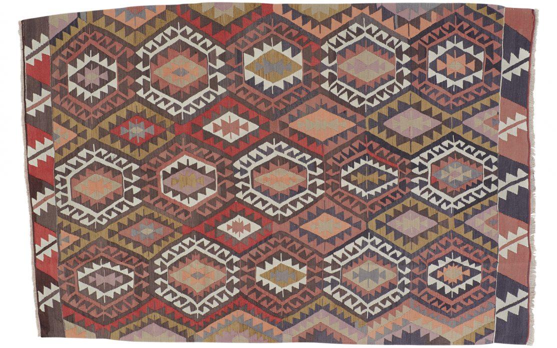 Stor tyrkisk kelim tæppe i mørkblå, terracotta, olivengrøn, lys fersken med røde og lyse detaljer. Tæpper sælges i København