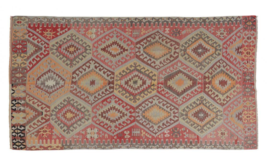 Stor tyrkisk kelim tæppe i nuancer af grå, bordeaux, rød med gyldne detaljer. Tæpper sælges i København