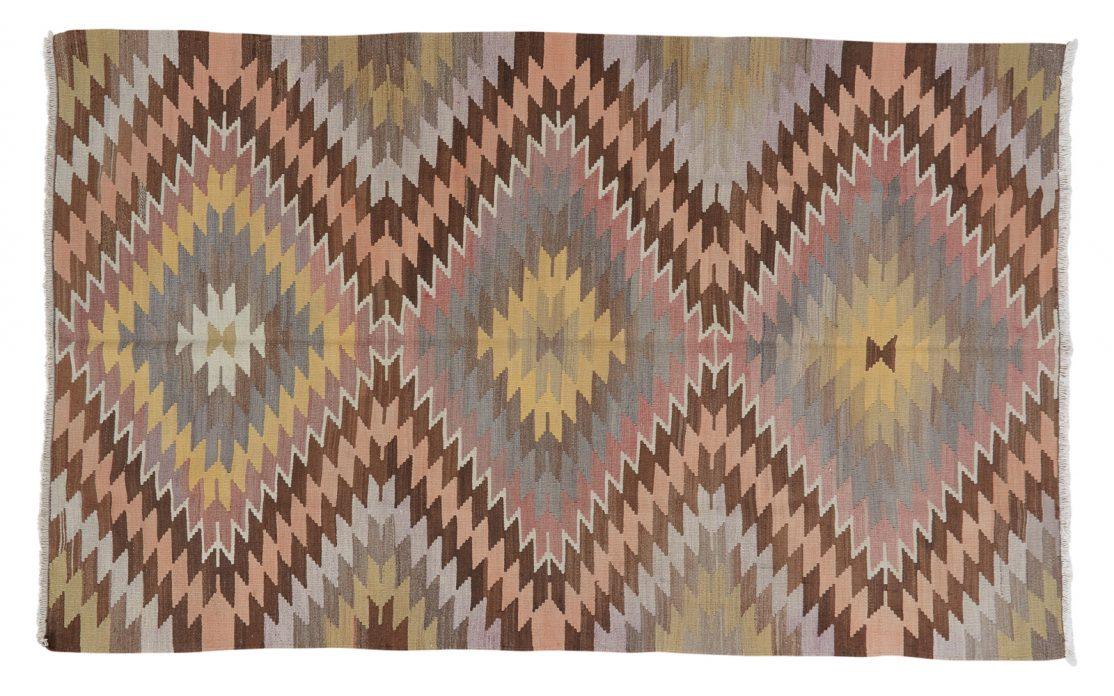 Stor tyrkisk kelim tæppe i diamantmønster med grå, oliven, gylden, fersken og brune farver. Tæpper sælges i København