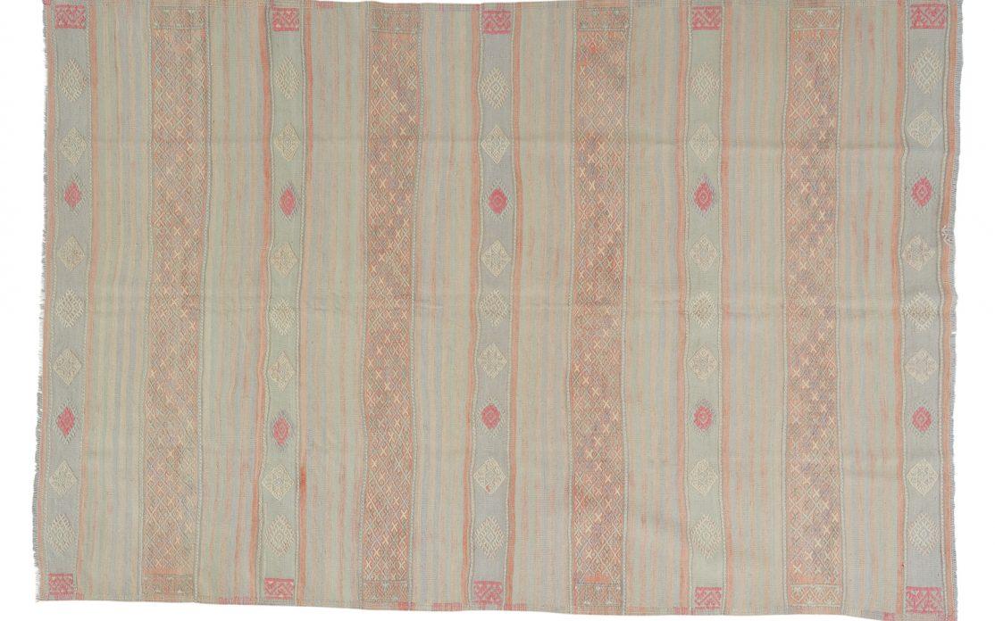 Stor tyrkisk kelim tæppe i lyse grønne og mint nuancer med detaljer af lys orange og pink. Tæpper sælges i København