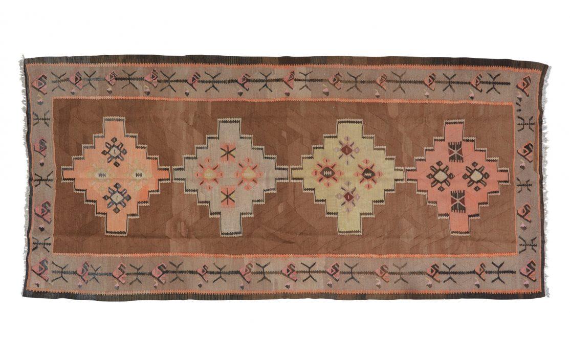 Stor tyrkisk kelim tæppe i kraftig vævning i lyse gyldne farver med lys brun bund. Tæpper sælges i København.