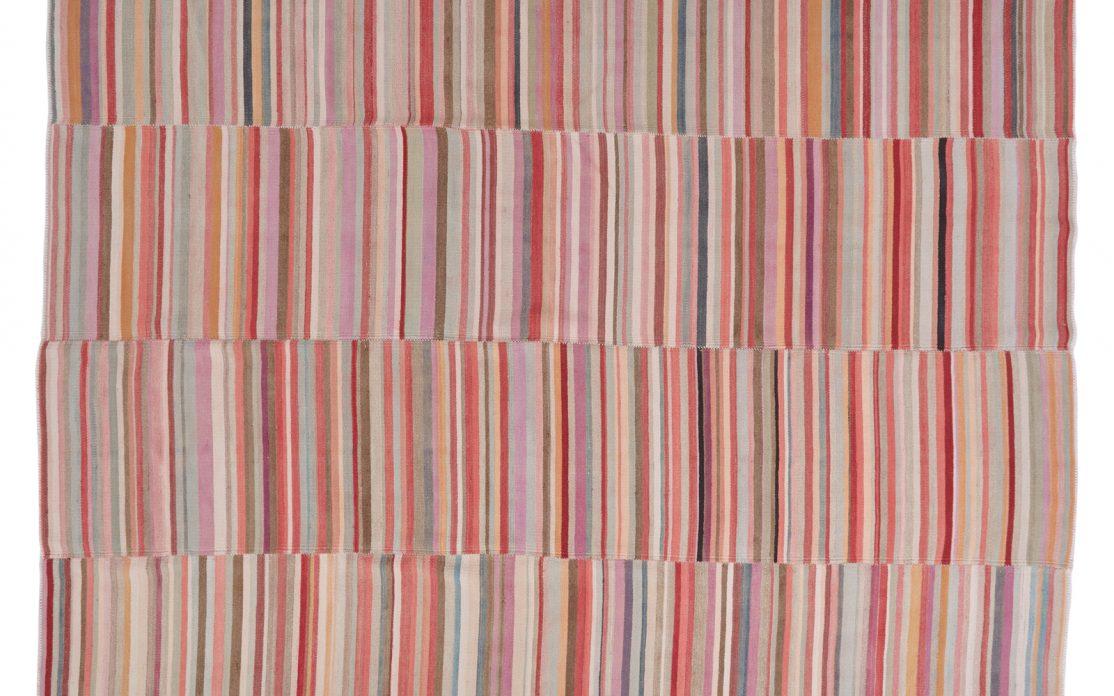 Stor stribet tyrkisk kelim tæppe i klare røde og rosa farver med multifarve detaljer. Tæpper sælges i København