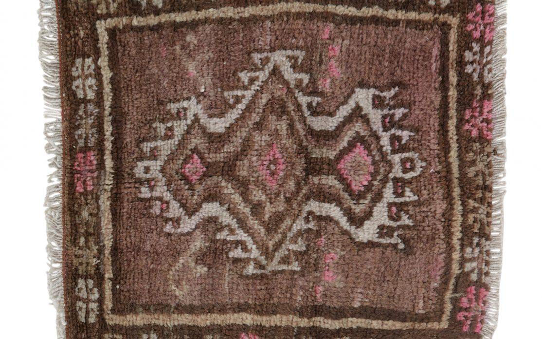 Lille tyrkisk kelim tæppe måtte i brune, rosa og sand nuancer. Tæpper sælges i København