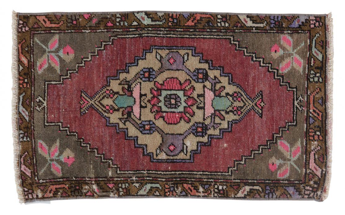 Lille tyrkisk kelim tæppe måtte i blå og lilla farver med grønne detaljer. Tæpper sælges i København