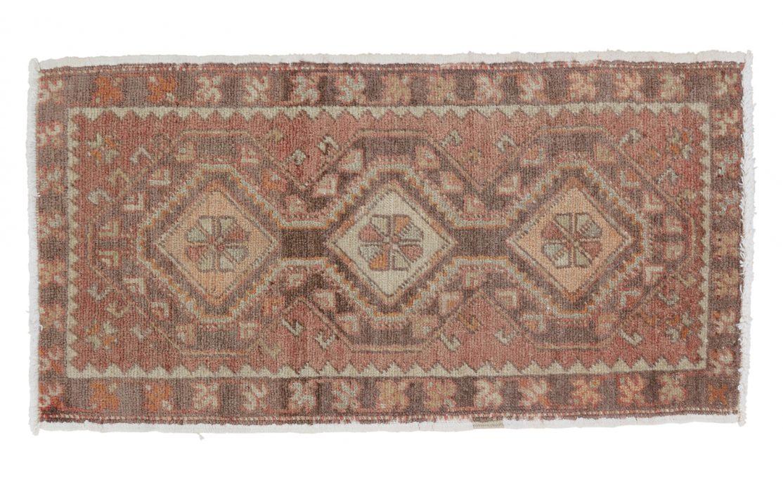 Lille tyrkisk kelim tæppe måtte i brændte, varme farver. Tæpper sælges i København