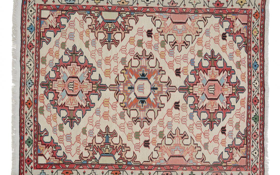 Lille tyrkisk silke kelim tæppe i rosa, blå og rød på cremehvid bund. Tæpper sælges i København.