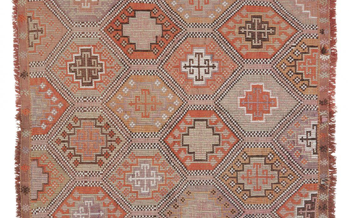Lille tyrkisk kelim tæppe i brændte farver med nuancer af orange, rosa og okker. Tæpper sælges i København