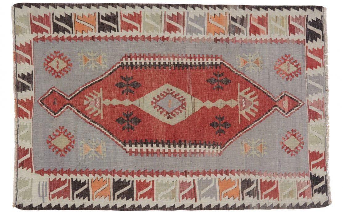 Lille tyrkisk kelim tæppe i blågrå og rød med sorte, orange og sart grønne detaljer. Tæpper sælges i København