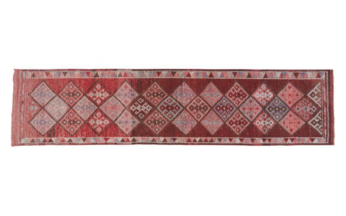 Lang herki kelim tæppe løber i blommefarver med pink og rosa nuancer. Kraftig vævning. Tæpper sælges i København