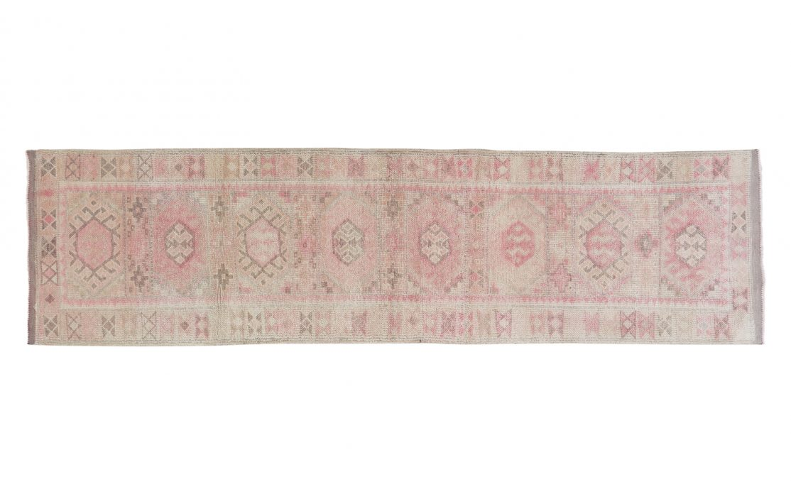 Herki kelim tæppe løber i sart rosa, sand og lys gråbrun. Kraftig vævning. Tæpper sælges i København