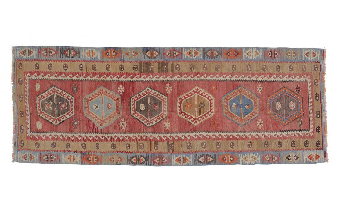 Tyrkisk kelim tæppe løber i rød, sennep og blå. Tæpper sælges i København
