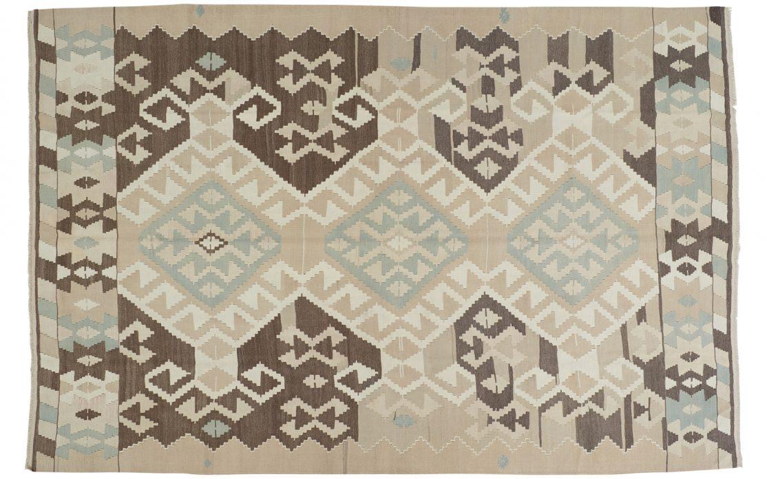 Stor tyrkisk kelim tæppe i nordiske farver turkis, sand og jordfarvet. God under spisebord. Tæpper sælges i København