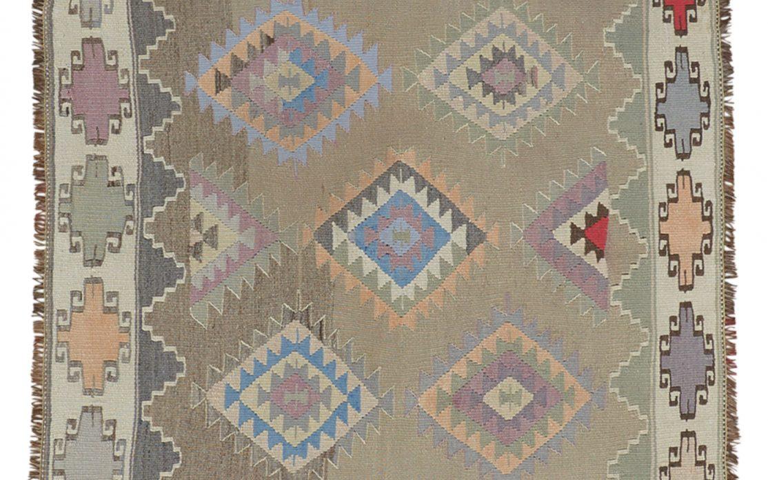 Lille tyrkisk kelim tæppe med blå og røde detaljer. Tæpper sælges i København