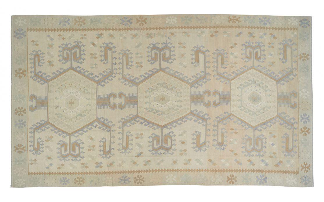 Stor tyrkisk lys kelim tæppe i støvet beige og grå med detaljer af okker og blå. Tæpper sælges i København