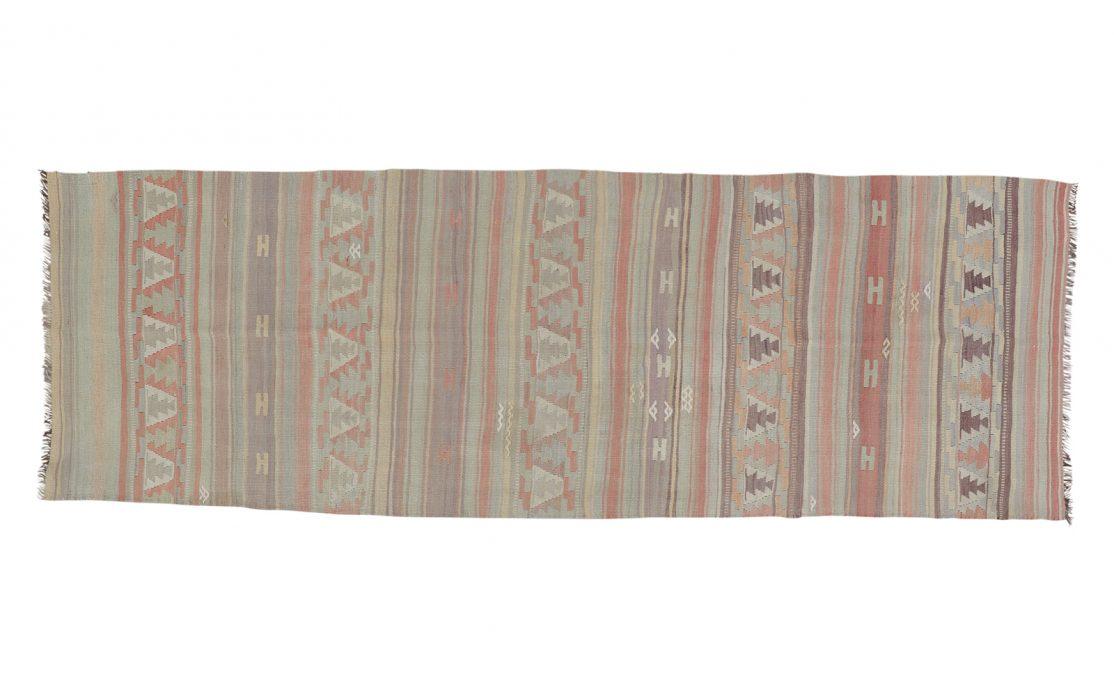 Stribe tyrkisk kelim tæppe løber i støvet pastelfarver af rosa, mint, blå og grå. Tæpper sælges i København