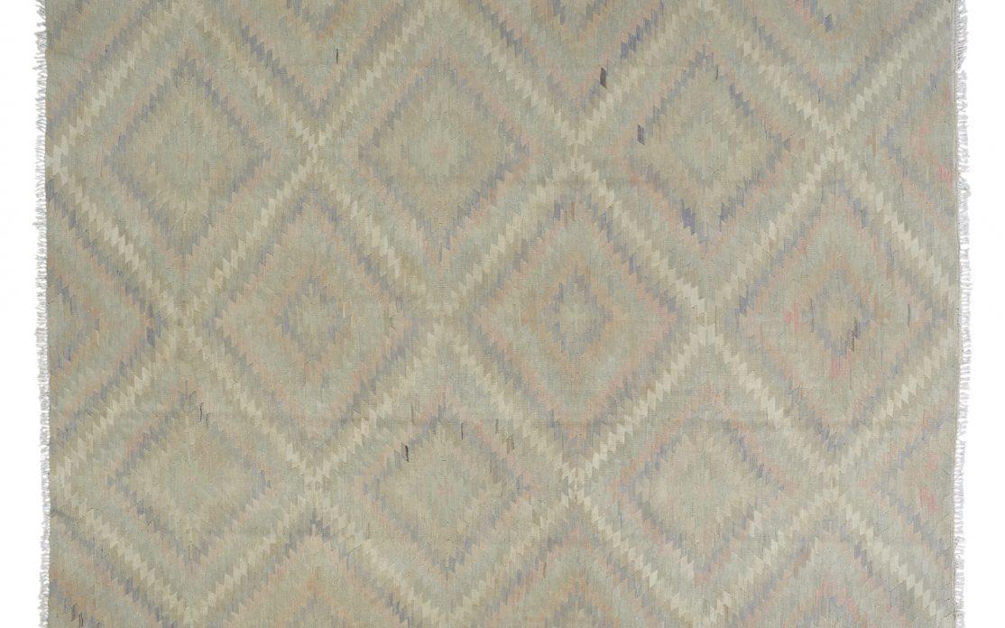 Lys tyrkisk kelim tæppe i grå og mint nordiske farver. Tæpper sælges i København