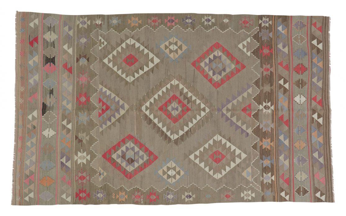 Tyrkisk kelim tæppe i oliven grøn med detaljer af rosa, beige og blå. Tæpper sælges i København