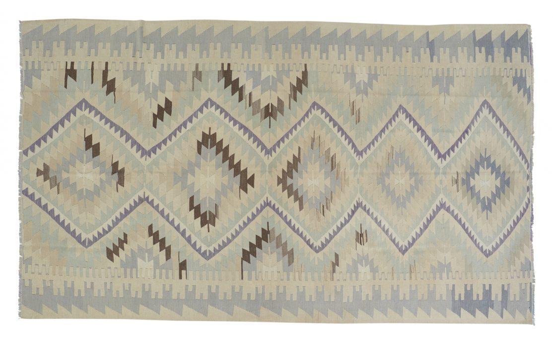 Stor lys tyrkisk kelim tæppe i støvet blå, grå, beige med mørke kontraster. Tæpper sælges i København