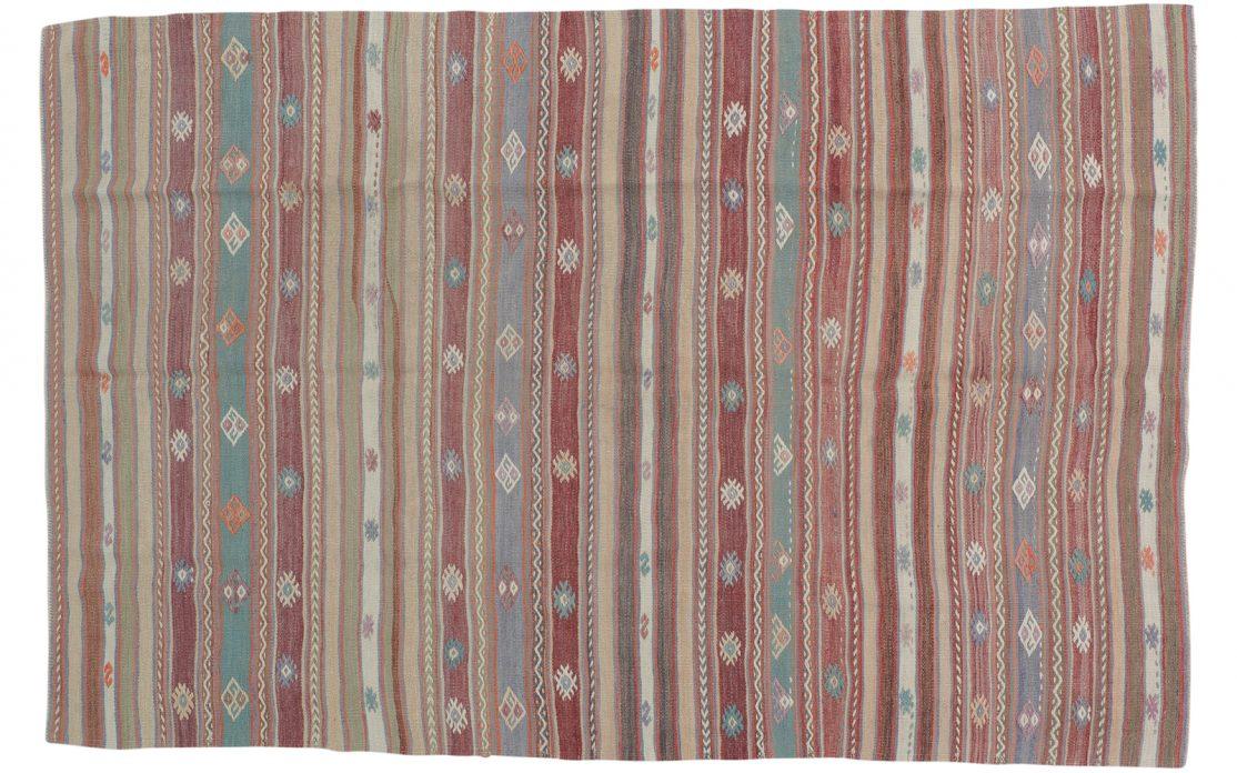 Stribet tyrkisk kelim tæppe i bordeaux med nuancer af blå, beige og rosa. Tæpper sælges i København