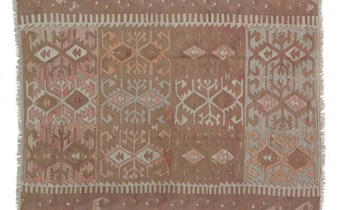 Tyrkisk kelim tæppe i støvet brun med detaljer af grå og gylden. Tæpper sælges i København