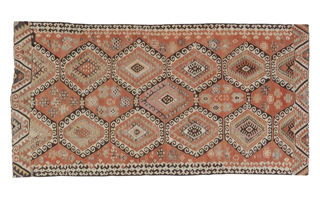 Stor tyrkisk kelim tæppe i brændte nuancer med mørke og lyse kontraster. Tæpper sælges i København