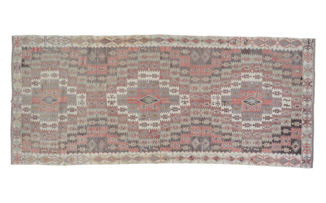 Stor pastelfarvet tyrkisk kelim tæppe i nuancer af blå, grå, mint, rosa. Tæpper sælges i København