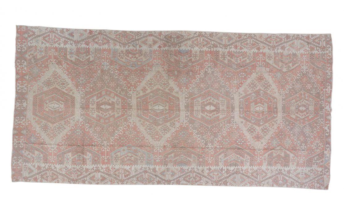 Stor lys tyrkisk kelim tæppe i støvet rosa nuancer. Tæpper sælges i København