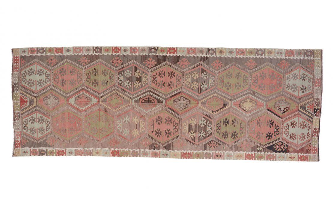 Stor tyrkisk kelim tæppe i afdæmpede rosa farver med detaljer af mint og brun. Tæpper sælges i København