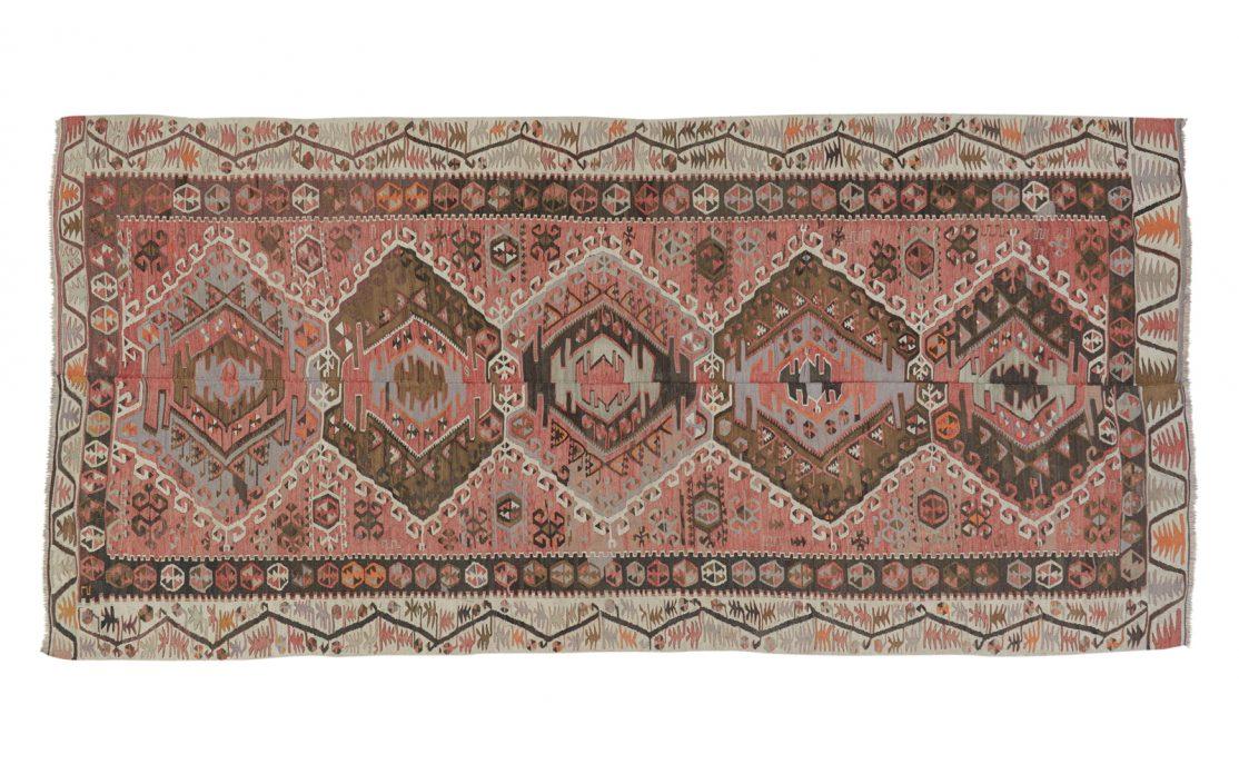 Stor tyrkisk kelim tæppe i lys rosa med detaljer af grå og orange. Tæpper sælges i København