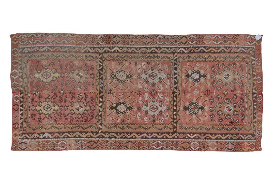 Stor tyrkisk kelim tæppe i støvet røde nuancer. Tæpper sælges i København