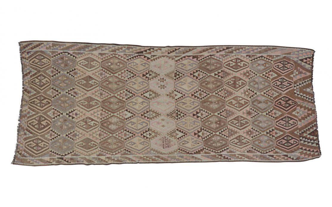 Stor tyrkisk kelim tæppe i sarte grå, beige og brune nuancer. Tæpper sælges i København