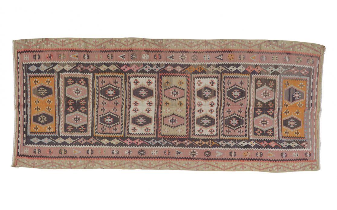 Stor tyrkisk kelim tæppe i rosa og afdæmpede nuancer med detaljer af orange, brun og mint. Tæpper sælges i København