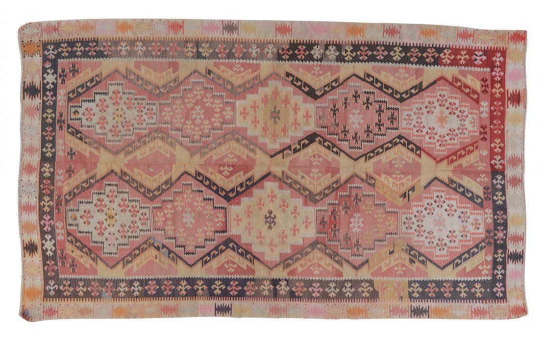 Stor tyrkisk kelim tæppe i rosa nuancer med mørke kontraster. Tæpper sælges i København