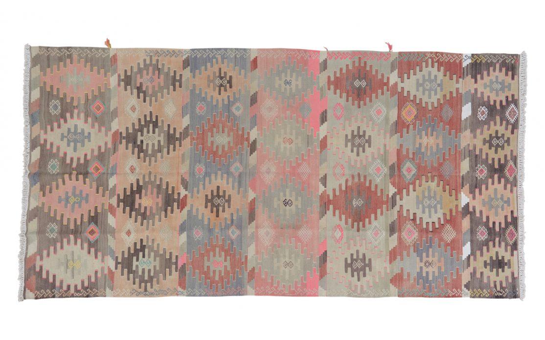 Stor stribet pastelfarvet kelim tæppe med farver af grå, sand, blå, rosa, beige, bordeaux og sort. Tæpper sælges i København