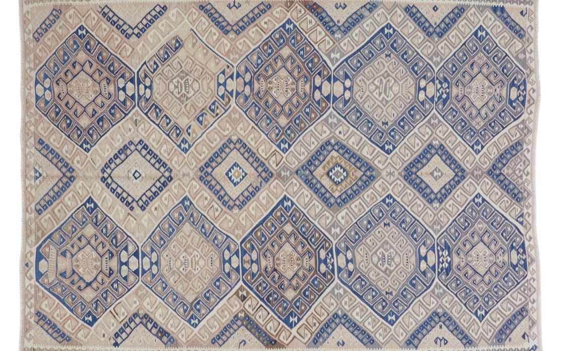 Tyrkisk kelim tæppe i lys blå med pudderfarvet bund og grå detaljer. Tæpper sælges i København