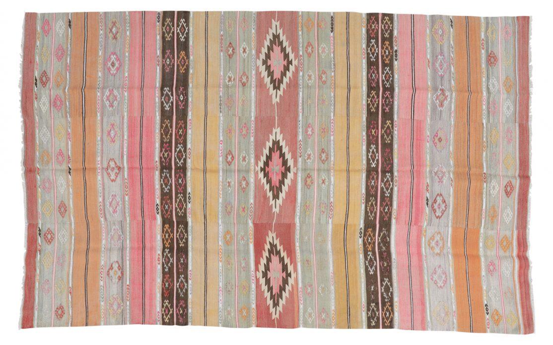 Stribet tyrkisk kelim tæppe i rosa og gyldne nuancer. Tæpper sælges i København