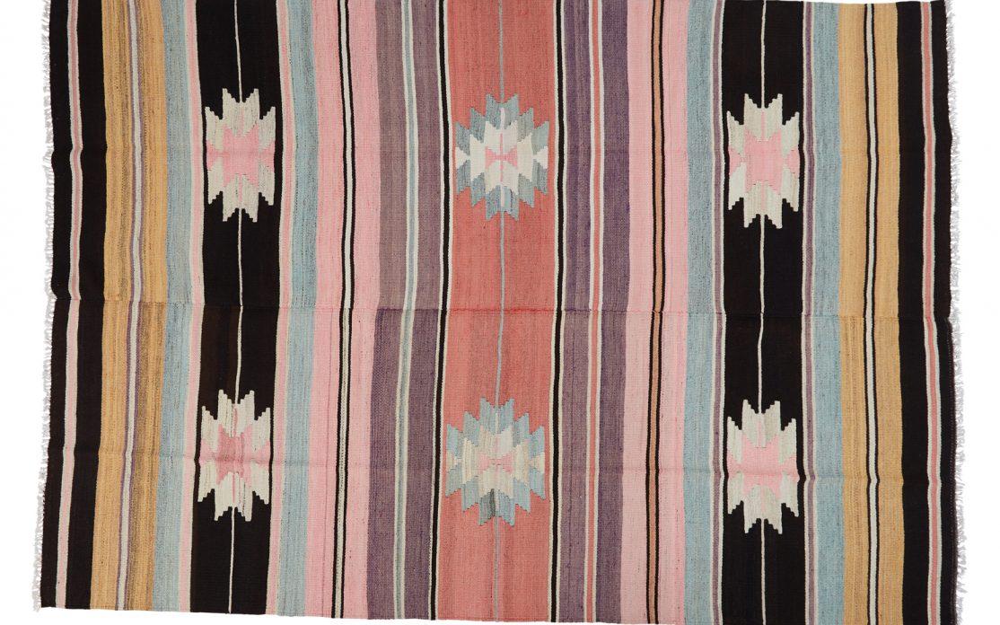 Stribet tyrkisk kelim tæppe i rosa nuancer med detaljer af grå og okker med mørke kontraster. Tæpper sælges i København